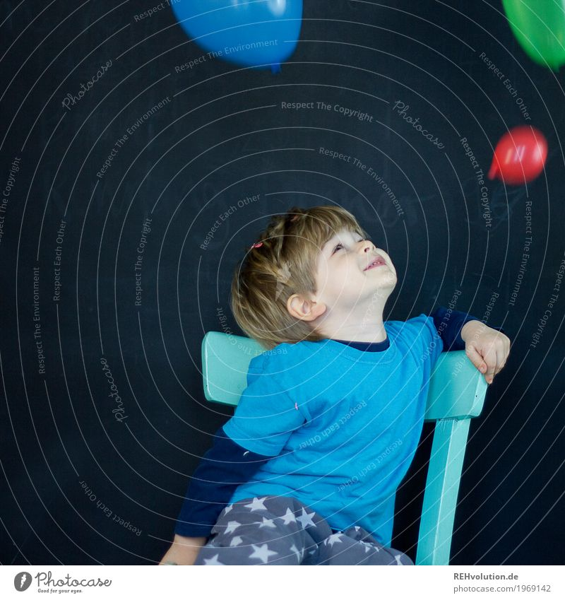 3 Ballons Möbel Stuhl Feste & Feiern Karneval Mensch maskulin Kind Kleinkind Junge Gesicht 1 1-3 Jahre T-Shirt Luftballon Lächeln sitzen Spielen authentisch