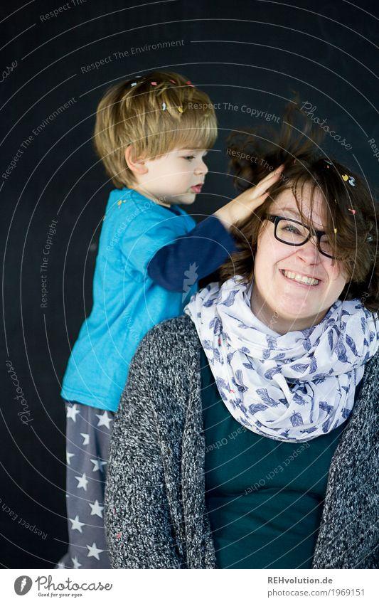Kind wuschelt der Mutter durchs Haar Mensch maskulin feminin Kleinkind Junge Frau Jugendliche Erwachsene Familie & Verwandtschaft Kindheit Haare & Frisuren 2