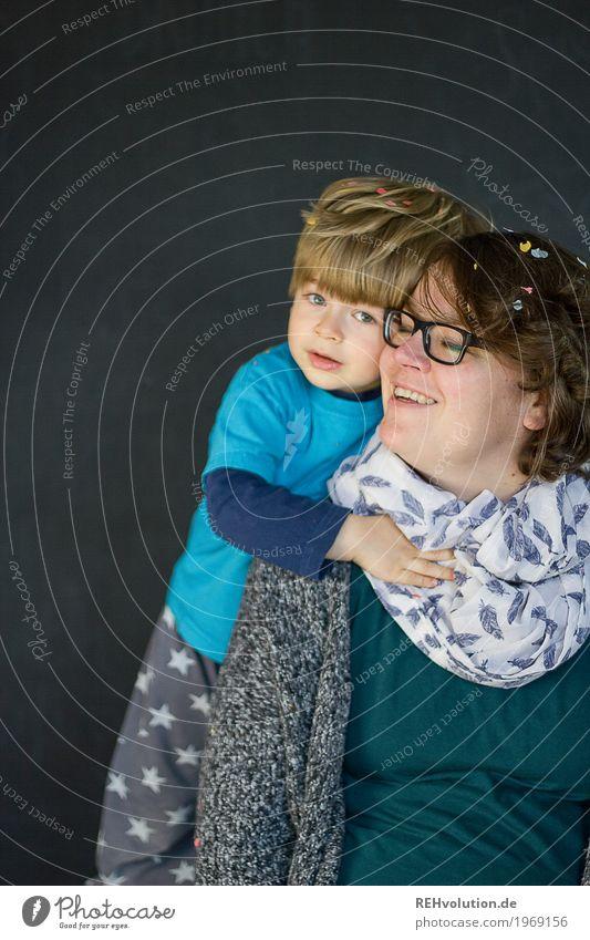 gedrückt Mensch feminin Junge Frau Jugendliche Erwachsene Mutter Familie & Verwandtschaft Kindheit Gesicht 1 1-3 Jahre Kleinkind 30-45 Jahre Brille Schal
