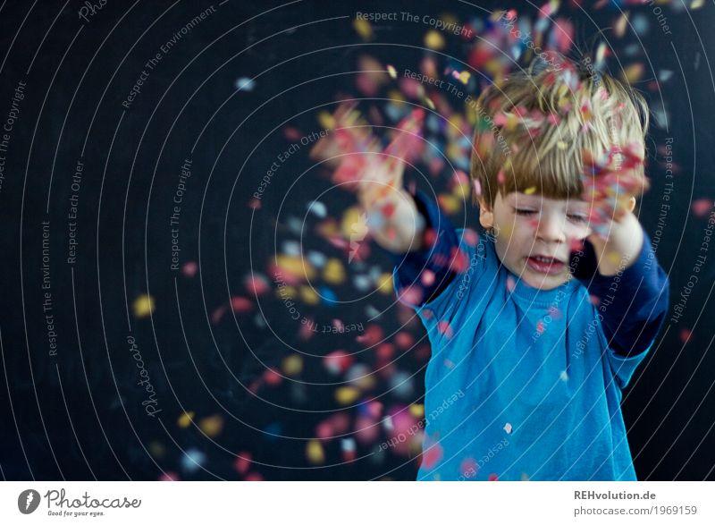 Party - jetzt maskulin Kind Kleinkind Junge Kindheit 1 Mensch 1-3 Jahre T-Shirt Feste & Feiern fliegen werfen Freundlichkeit Fröhlichkeit Glück klein lustig
