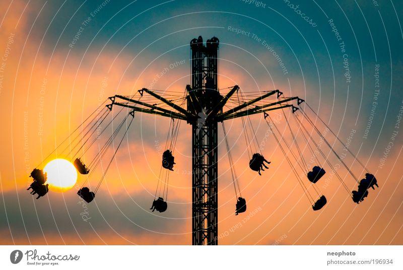 immer der Sonne entgegen Mensch Himmel blau Freude Wolken Spielen Freiheit orange Freizeit & Hobby Geschwindigkeit Romantik Jagd Jahrmarkt Abenddämmerung Dom Schaukel