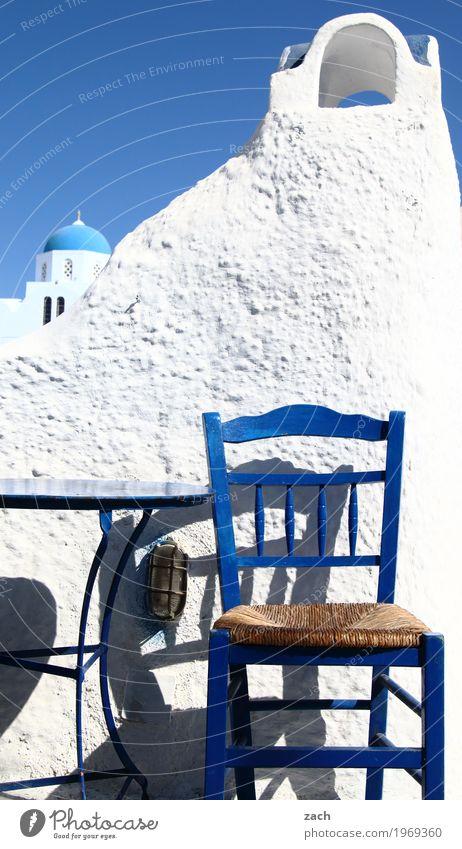 einen Ouzo, bitte Ferien & Urlaub & Reisen blau weiß Meer Haus Wand Religion & Glaube Mauer Fassade Kirche Insel Tisch Turm Stuhl Gastronomie Dorf