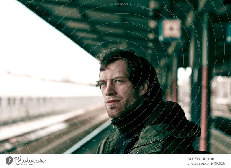 waiting Mensch Mann Jugendliche Ferien & Urlaub & Reisen Erwachsene Kopf warten maskulin Ausflug Porträt stehen 18-30 Jahre Junger Mann beobachten Jacke Bart