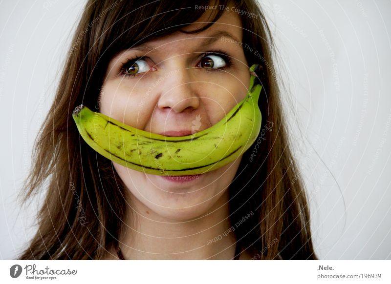 ein obstiges grinsen. Mensch Jugendliche Freude gelb feminin Glück lustig Essen Frucht Fröhlichkeit Coolness authentisch Lebensfreude Frau grinsen