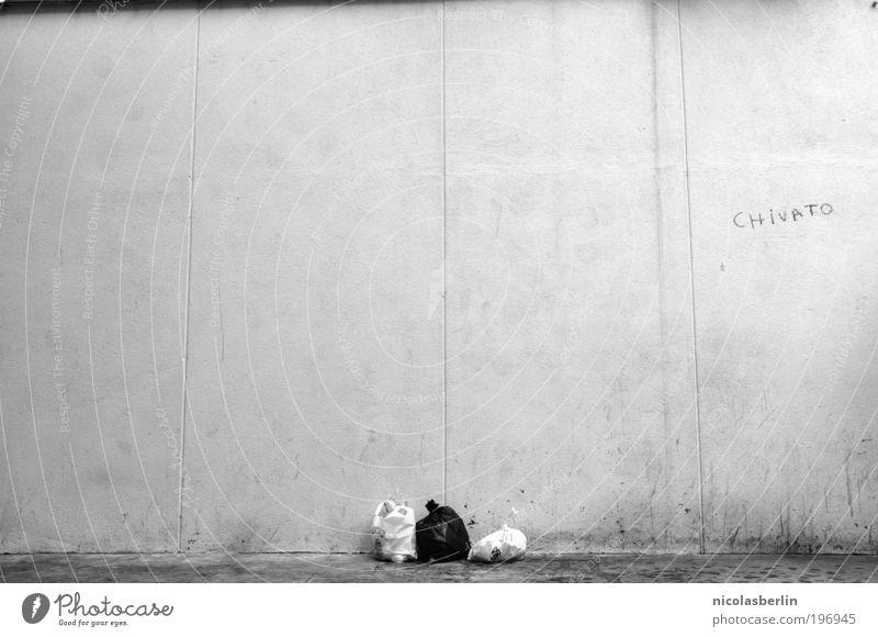 Trashig Stadt Einsamkeit Wand Graffiti Mauer Pause Dekoration & Verzierung Schwarzweißfoto Müll trashig Umweltverschmutzung Sack Kunstwerk Kunst Madrid beschmutzen