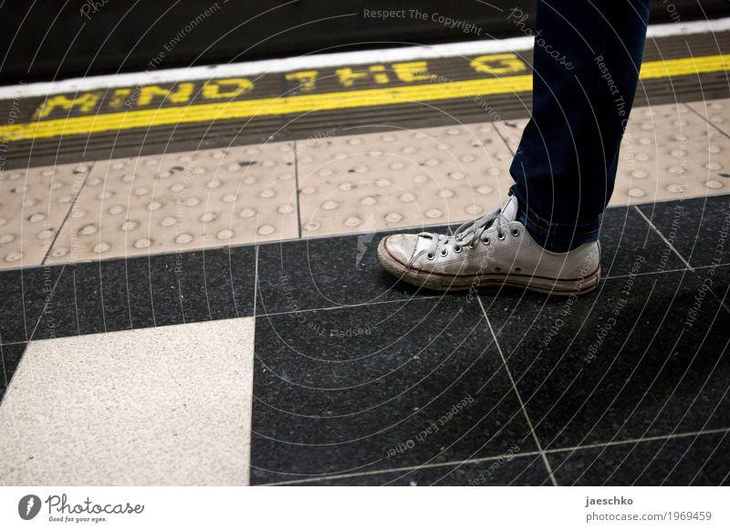 Lost Album Cover Stadt Personenverkehr Öffentlicher Personennahverkehr Bahnfahren Schienenverkehr U-Bahn Bahnsteig Mode Schuhe trendy rebellisch retro