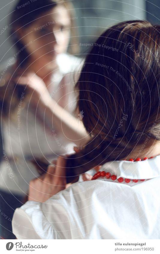 Rapunzel schön Haare & Frisuren Mensch feminin Junge Frau Jugendliche Erwachsene Leben 1 18-30 Jahre brünett langhaarig Zopf geduldig ruhig Traurigkeit binden