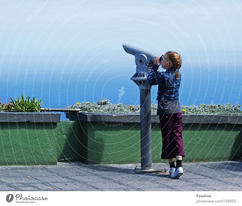Fernweh Mensch Kind Himmel Natur Hand Pflanze Mädchen Meer Umwelt Landschaft Kopf Haare & Frisuren Küste Beine Wetter Kindheit