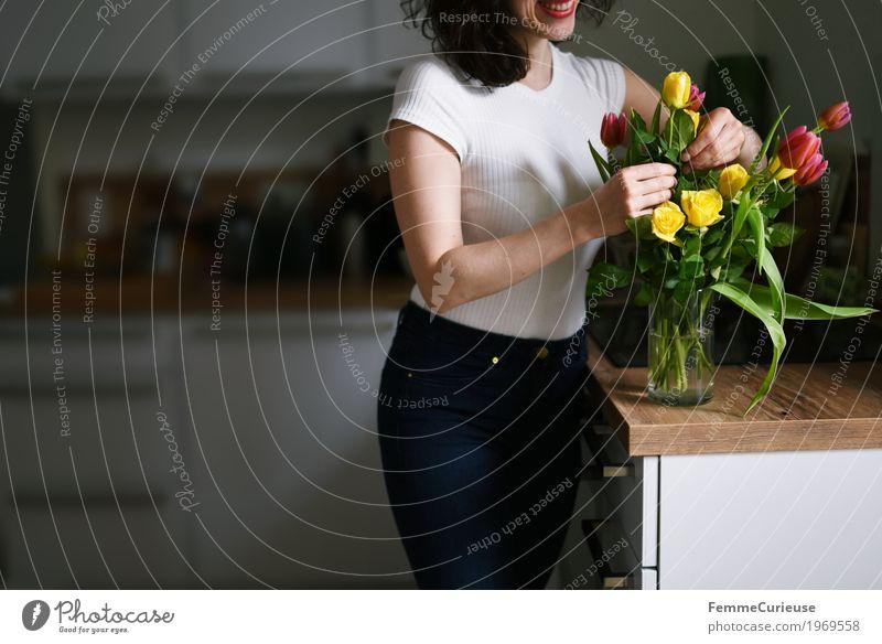Blumenstrauß_1969558 feminin Junge Frau Jugendliche Erwachsene Mensch 18-30 Jahre 30-45 Jahre Glück Frauentag Valentinstag Geburtstag Rose Tulpe gelb rosa