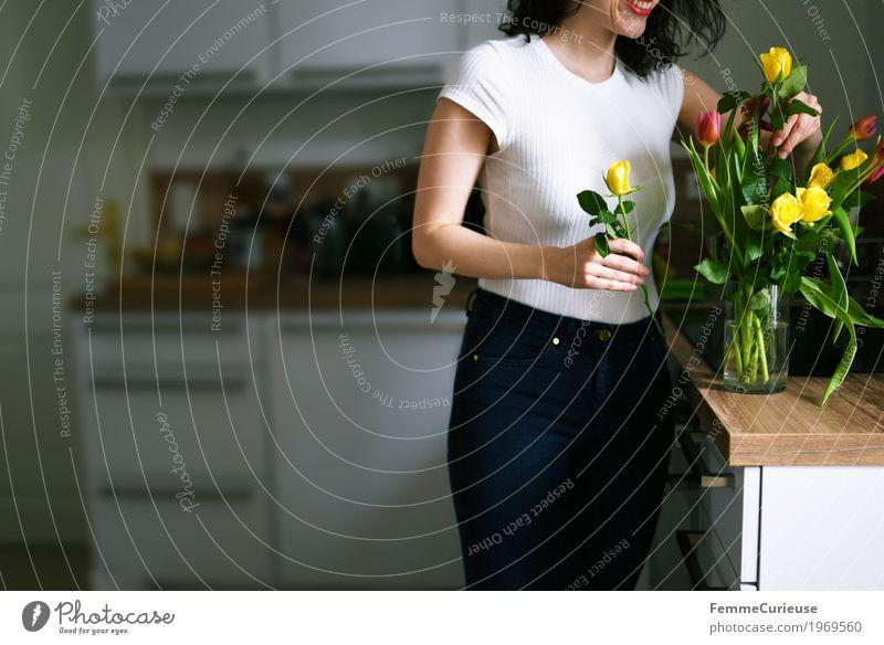 Blumenstrauß_1969560 Lifestyle feminin Junge Frau Jugendliche Erwachsene Mensch 18-30 Jahre Bewegung Blumenvase Tulpe Rose gelb rosa Floristik Blumenhändler