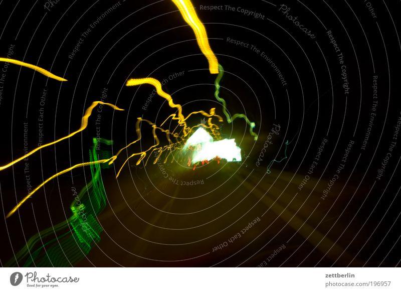 Durchdrehen 4 schwarz Ordnung Geschwindigkeit Tunnel chaotisch Scheinwerfer Drehung Autoscheinwerfer Licht Nacht Verwirbelung Leuchtspur Schichtarbeit