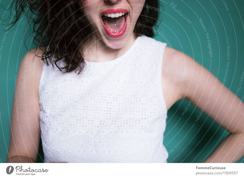 Yeahhh feminin Junge Frau Jugendliche Erwachsene 18-30 Jahre Freude Gute Laune positiv Optimismus Optimist Glück Erfolg türkis Locken brünett Zustimmung Zähne