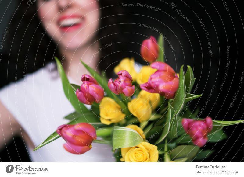 Frühling! :) feminin Junge Frau Jugendliche Erwachsene 1 Mensch 18-30 Jahre Glück Frauentag Geburtstag Valentinstag Blumenstrauß Tulpe Rose gelb rosa Lächeln