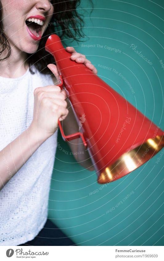 Achtung, Achtung - eine Durchsage! feminin Junge Frau Jugendliche Erwachsene 1 Mensch 18-30 Jahre Kommunizieren Ansage Megaphon Information rot türkis