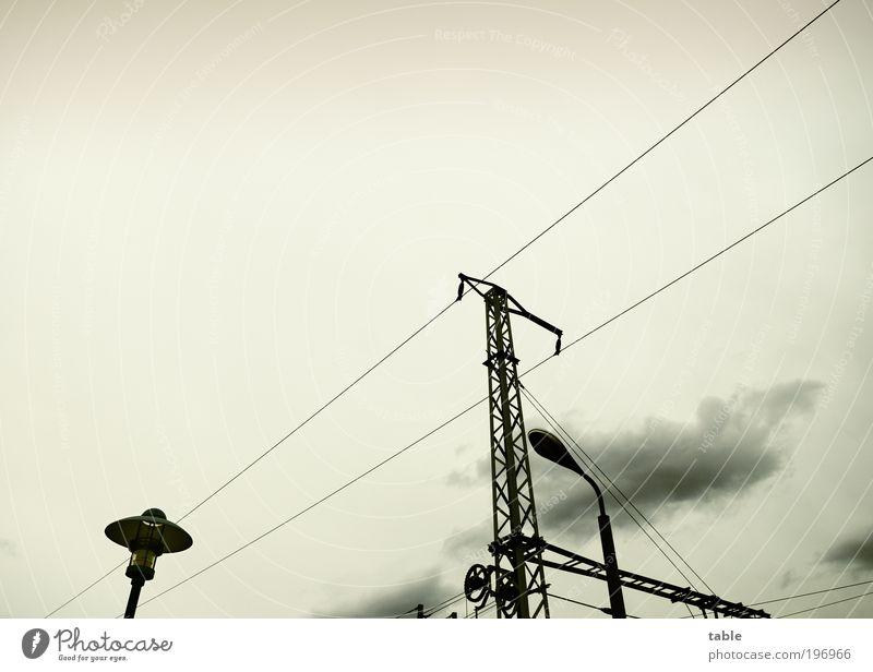 warten . . . schwarz Wolken Lampe dunkel grau Metall Wetter Umwelt Energie Verkehr Ausflug Energiewirtschaft Netzwerk Güterverkehr & Logistik