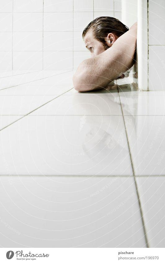 Fliesenlägerig Mensch Erwachsene Erholung Denken blond Schwimmen & Baden liegen maskulin außergewöhnlich beobachten Badewanne genießen Körperpflege fließen