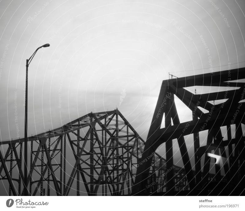 symphony in steel minor New Orleans USA Verkehr Brücke dunkel Stahl Stahlkonstruktion Stahlbrücke Laterne Endzeitstimmung Schwarzweißfoto Außenaufnahme Muster