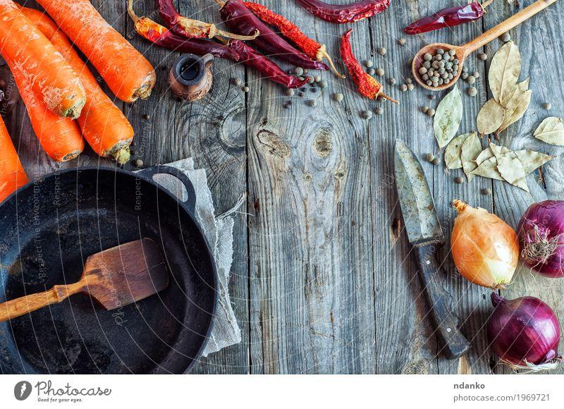 Leere schwarze Bratpfanne und Gemüse alt rot Speise Essen Holz Lebensmittel grau braun orange frisch Tisch Kräuter & Gewürze Küche Messer Scheibe
