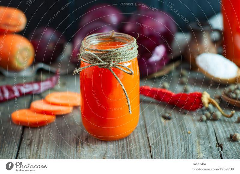 Kleines Glasgefäß mit frischem Saft alt Gesundheit natürlich Gesundheitswesen grau orange Tisch Kräuter & Gewürze Getränk trinken lecker Gemüse Geldinstitut
