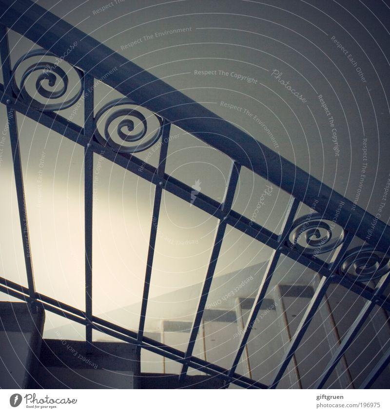 up or down Menschenleer Haus Mauer Wand Treppe Geländer Treppengeländer Treppenhaus Stiegenhaus Altbau Mehrfamilienhaus gehen alt grau Schnörkel abwärts