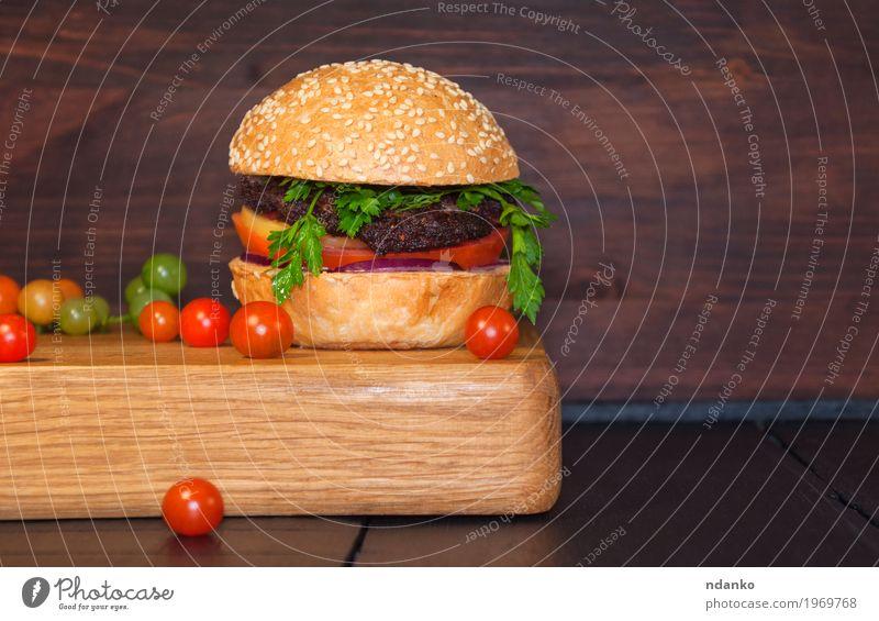 Fleischsandwich-Brötchen des indischen Sesams auf einem Küchevorstand rot schwarz Essen Lebensmittel braun Ernährung frisch Tisch lecker Gemüse Restaurant Café