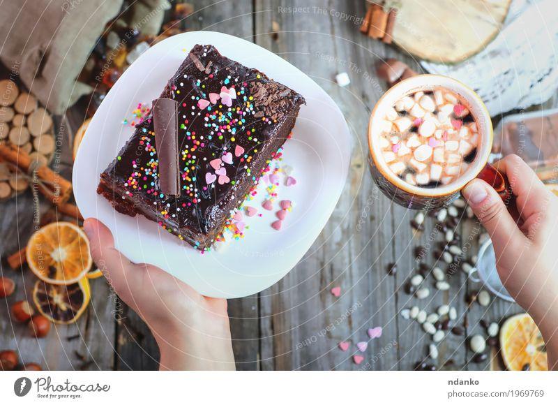 Mensch Frau Jugendliche weiß Hand rot 18-30 Jahre Erwachsene Essen Holz Lebensmittel grau braun oben Frucht Dekoration & Verzierung
