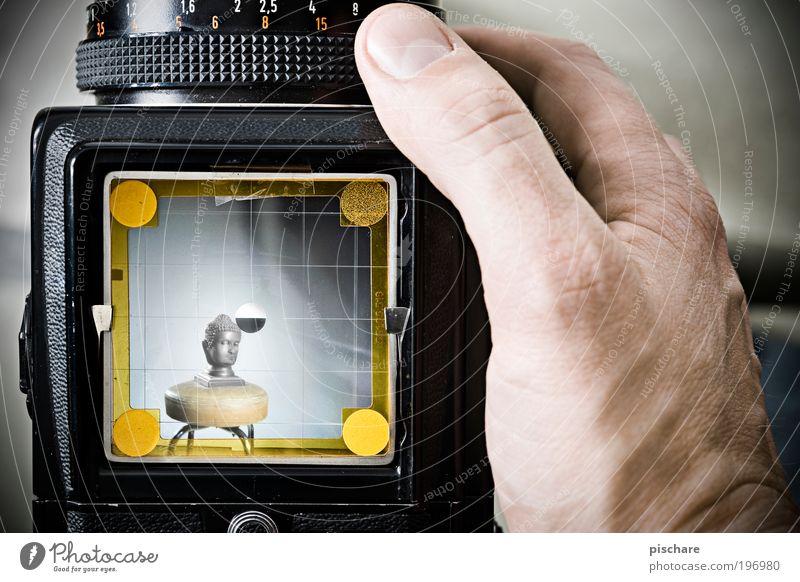 Selbstportrait maskulin Kopf Hand exotisch retro pischare hasselblad Mittelformat Montage Kamerawurf Sucher Fotokamera Fotografieren Statue Farbfoto