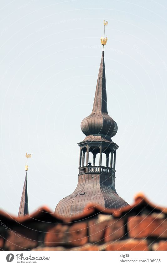 Kirchturm alt Stadt Senior Ferne Gebäude Architektur hoch Perspektive Kirche Tourismus Turm Kultur beobachten Neugier entdecken Bauwerk