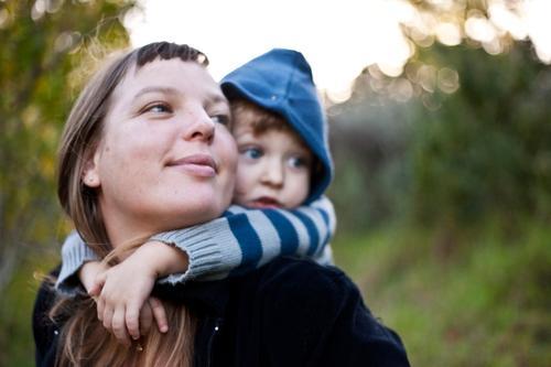 126 [zusammen die Welt entdecken] Freude Zufriedenheit Kindererziehung Junge Junge Frau Jugendliche Mutter Erwachsene Leben Mensch 1-3 Jahre Kleinkind