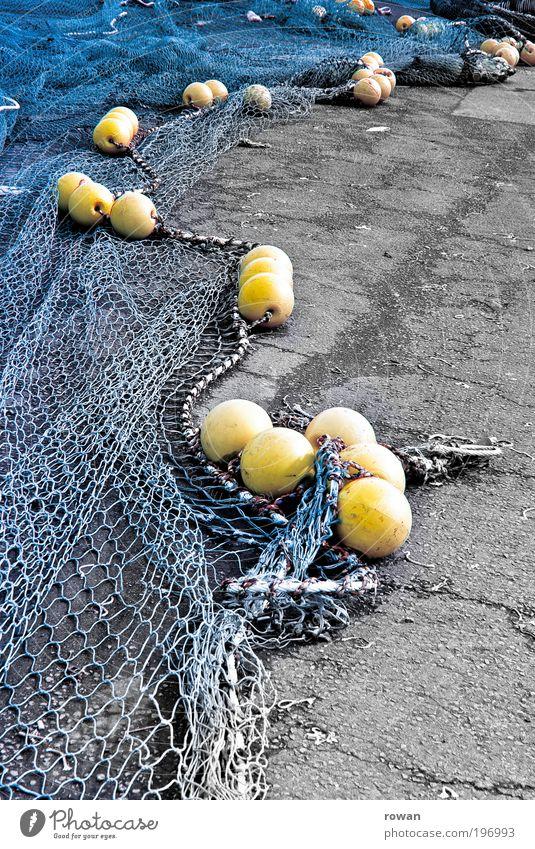 netze Meer blau gelb Küste Fisch Netz Hafen Kugel Seeufer Angeln Vernetzung Fischereiwirtschaft Fischer trocknen Fischernetz Knotenpunkt