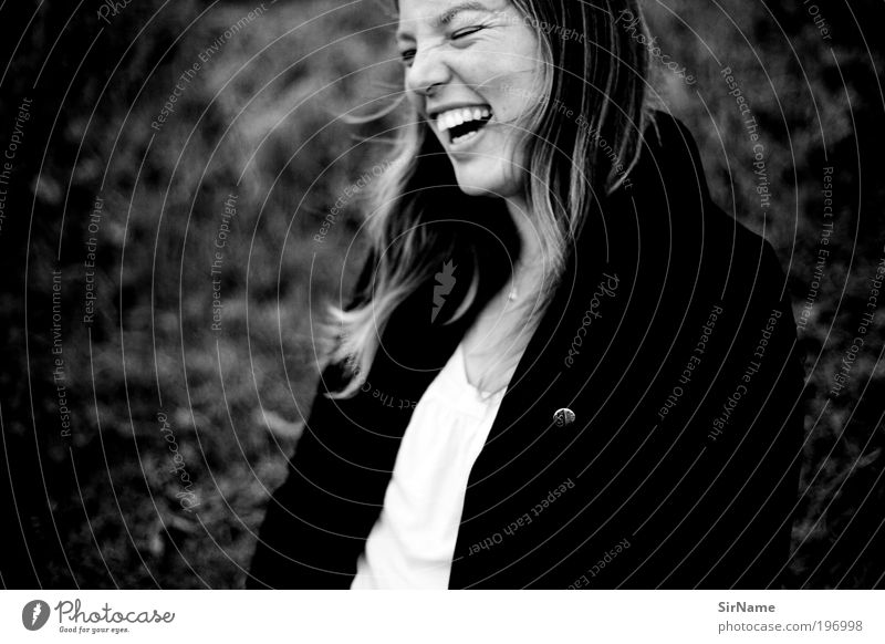 Frau Mensch Jugendliche Freude Leben Glück lachen Zufriedenheit Tanzen Erwachsene frei Fröhlichkeit authentisch einfach Lebensfreude