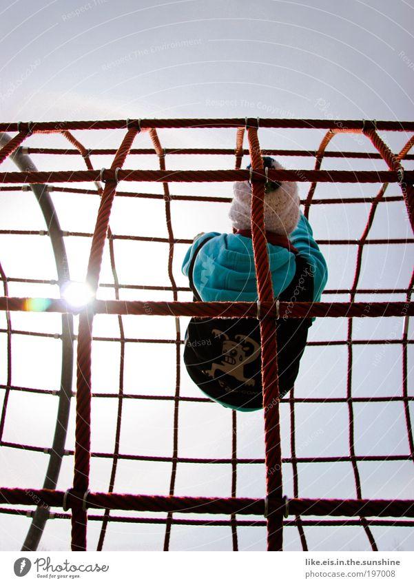 spinne im netz Mensch Jugendliche rot Sonne Spielen Kraft hoch Seil Klettern Netz Schönes Wetter Mütze Vernetzung Wolkenloser Himmel Spielplatz Bekleidung