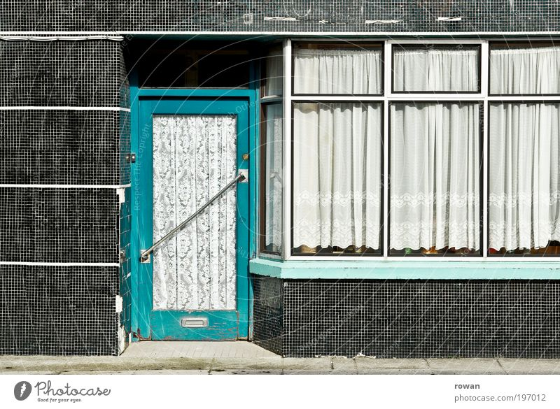 geschlossen alt Stadt Haus Wand Fenster Mauer Gebäude Tür Fassade geschlossen retro Fliesen u. Kacheln Bauwerk Ladengeschäft türkis Vorhang
