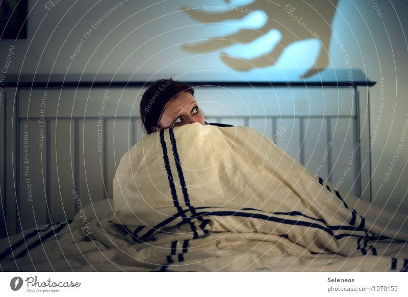 I hate Horrormovies Mensch feminin Frau Erwachsene 1 Medien Bett Bettwäsche Bettdecke Zeichen Fernsehen schauen bedrohlich dunkel gruselig trashig Angst
