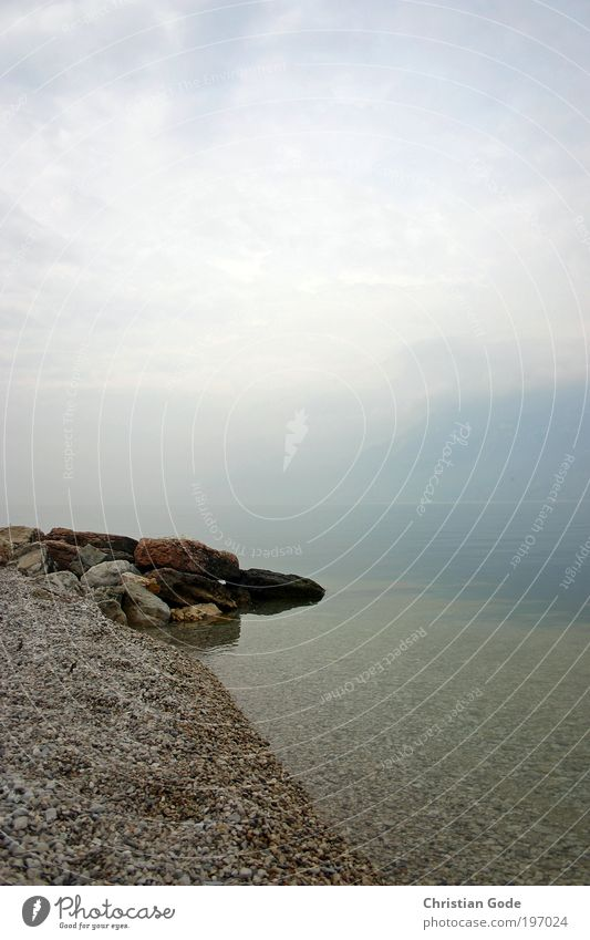 Nebelsee blau Wasser Landschaft See Luft hell Nebel Italien Seeufer Textfreiraum Kies Gardasee