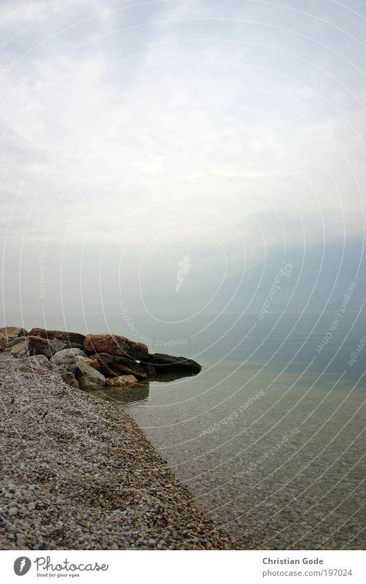 Nebelsee blau Wasser Landschaft See Luft hell Italien Seeufer Textfreiraum Kies Gardasee