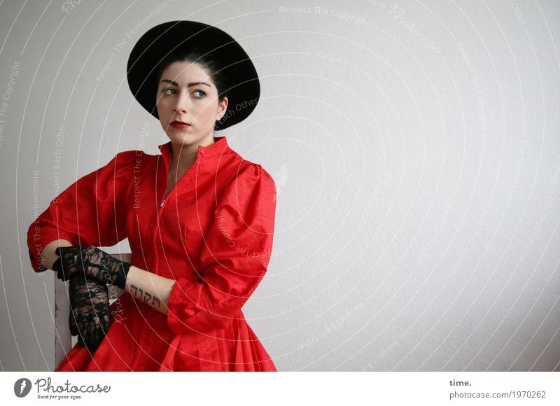 . Mensch Frau schön Erwachsene feminin sitzen beobachten Neugier Interesse