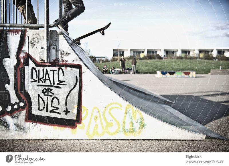 Skate Or Die Lifestyle Freizeit & Hobby Skateboard Skateboarding Halfpipe Mensch Jugendliche Graffiti Sportpark Farbfoto Außenaufnahme Textfreiraum rechts