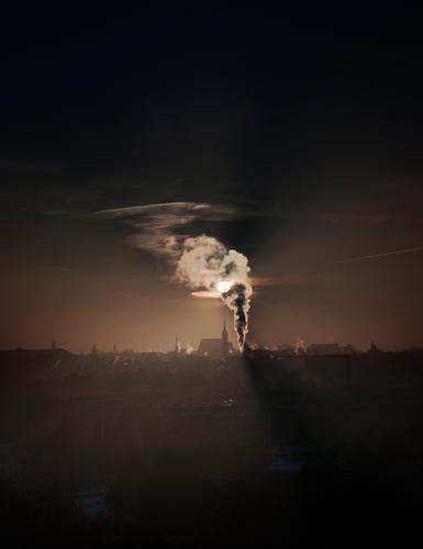Luftschloss Himmel Stadt Wolken Haus Gebäude Deutschland Horizont leuchten Kirche Schönes Wetter fantastisch bedrohlich Rauch Stadtzentrum gruselig