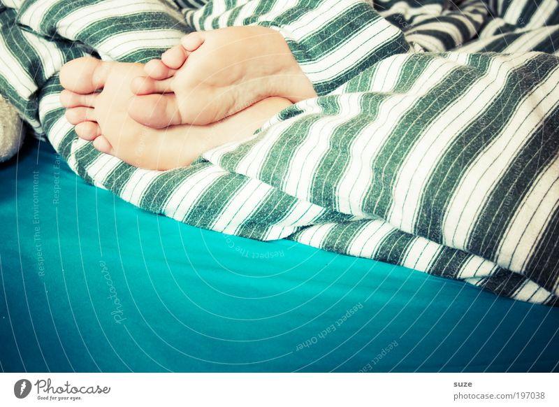 Fußbett Häusliches Leben Wohnung Bett Schlafzimmer Feierabend Mensch 1 Linie Streifen liegen schlafen träumen Müdigkeit bequem Morgen verschlafen Schlafmatratze