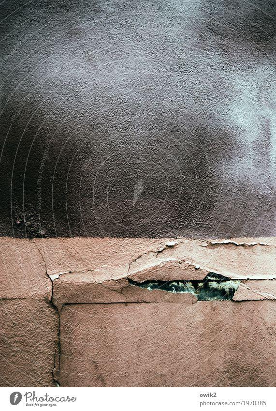 Rauh und reif Gebäude Mauer Wand Fassade Putzfassade Sims alt dreckig Krankheit trashig trist demütig Sorge Missgeschick Verfall Vergänglichkeit