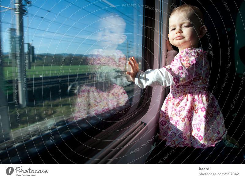 vErreisen Mensch Kind Ferien & Urlaub & Reisen Mädchen Kindheit Ausflug Verkehr Geschwindigkeit Tourismus Abteilfenster Eisenbahn Coolness niedlich Kleinkind Gelassenheit Fernweh