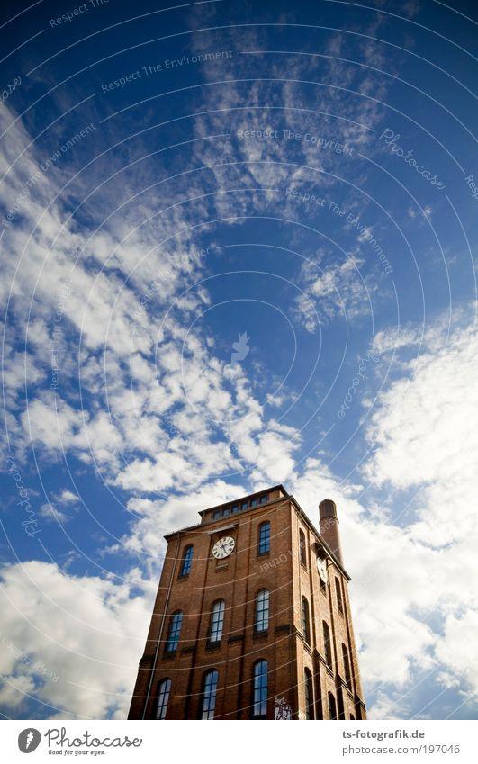 Wolkenkratzer blau Wolken Wand Fenster Mauer Tanzen Architektur hoch Fassade ästhetisch Turm Klima Uhr Backstein Bauwerk