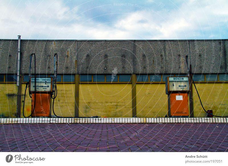 Tankstelle 2050 Klimawandel Menschenleer Industrieanlage Bauwerk Gebäude Mauer Wand Fassade Verkehr alt hässlich blau mehrfarbig gelb verfallen Verfall Erdöl