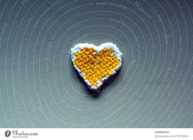 Herz aus Gold Bekleidung mehrfarbig Muster Farbe Folklore Gefühle gehäkelt gestrickt Handarbeit häkeln Liebe Verliebtheit Liebeserklärung Schlaufe Mode Pullover