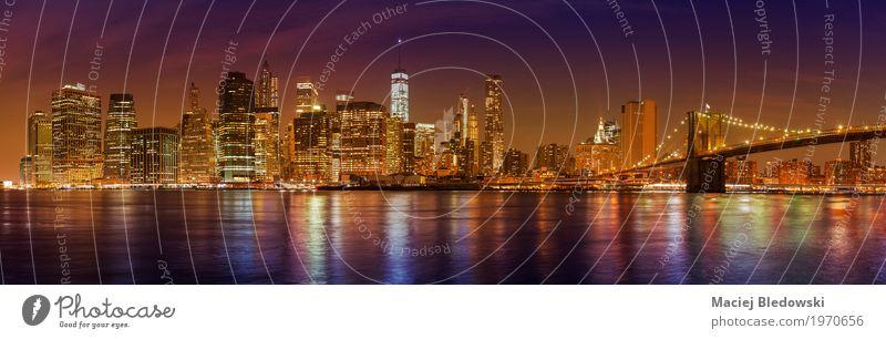 Manhattan Skyline bei Nacht, New York City. Ferien & Urlaub & Reisen Sightseeing Städtereise Büro Business Fluss USA Stadt Stadtzentrum Hochhaus Brücke Gebäude