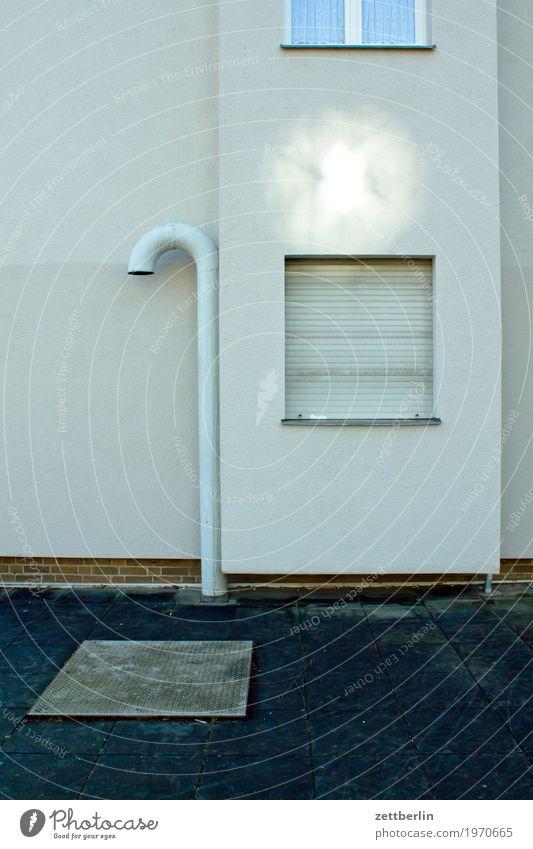 Reflex Architektur Haus Fassade Fenster Jalousie geschlossen Ferien & Urlaub & Reisen Stadtzentrum modern Neubau Stadtleben Röhren Eisenrohr Belüftung Licht