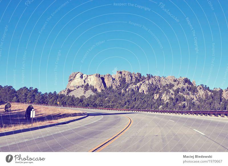 Straße zum Mount Rushmore National Memorial. Ferien & Urlaub & Reisen Ausflug Abenteuer Sightseeing Sommer Autobahn Wahrzeichen Symbole & Metaphern Vorsitzender