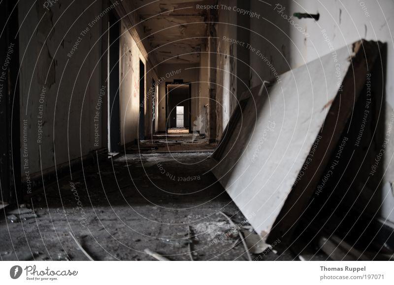 Verlassen Menschenleer Haus Industrieanlage Ruine Bauwerk Gebäude Innenarchitektur Mauer Wand Fenster Tür Gang alt dreckig dunkel hässlich kaputt Einsamkeit