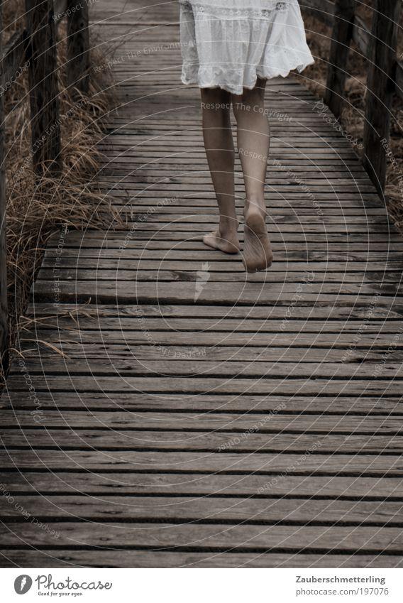 walk on the wild side Natur Jugendliche Einsamkeit kalt feminin Leben Gefühle Holz Freiheit Beine Fuß Stimmung Junge Frau gehen Zufriedenheit wild